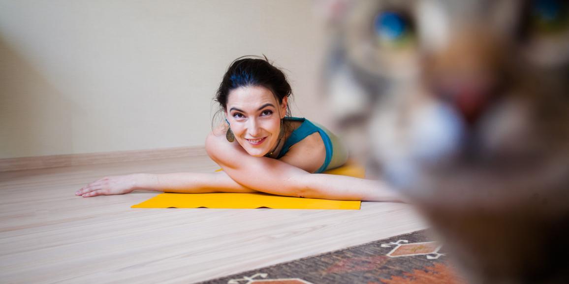 Утренняя практика хатха-йоги для начинающих и продолжающих (видео)